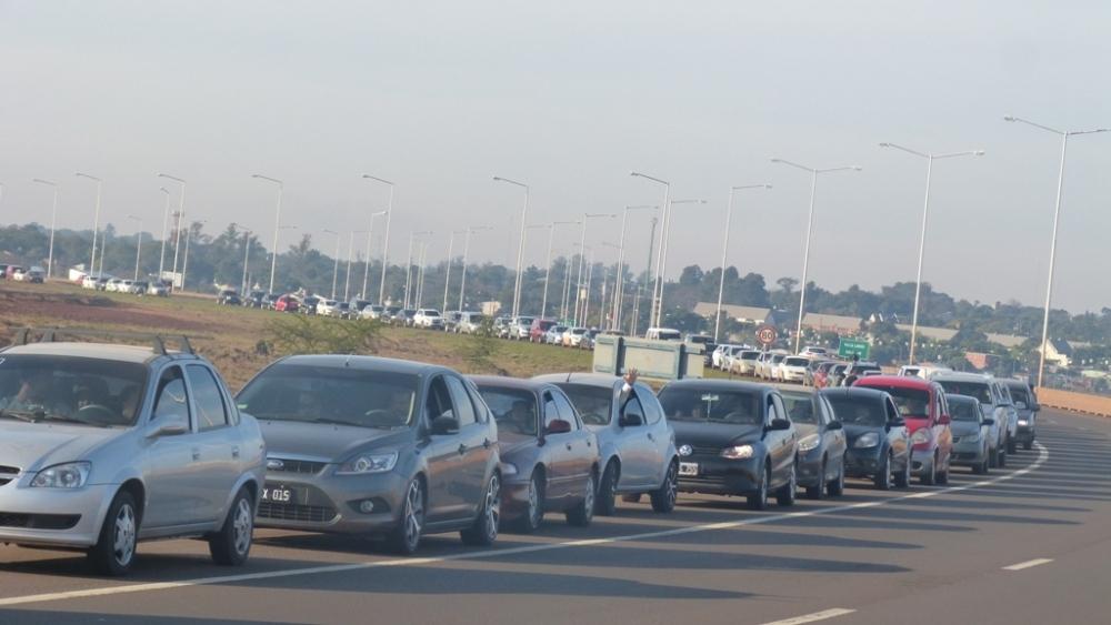 Impresionante fila de vehículos en el puente en nuevo éxodo a Encarnación