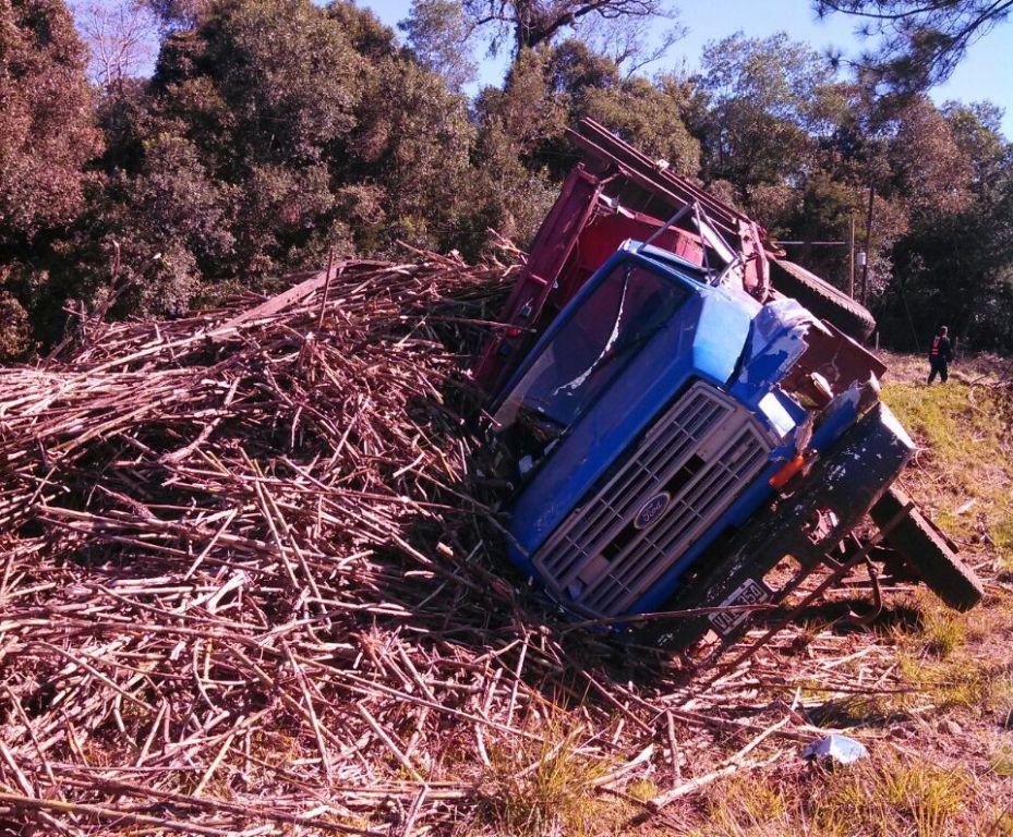 Volcó un camión cargado en las afueras de San Javier