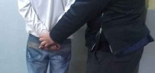 Asaltaron a una joven que esperaba el colectivo en Miguel Lanús: le robaron el celular