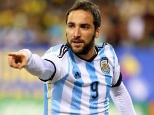"""""""Pipa"""" Higuaín, inspiradísimo convirtió el segundo gol y Argentina gana y gusta"""