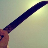 Rompió el parabrisas del patrullero con un machete y fue detenido