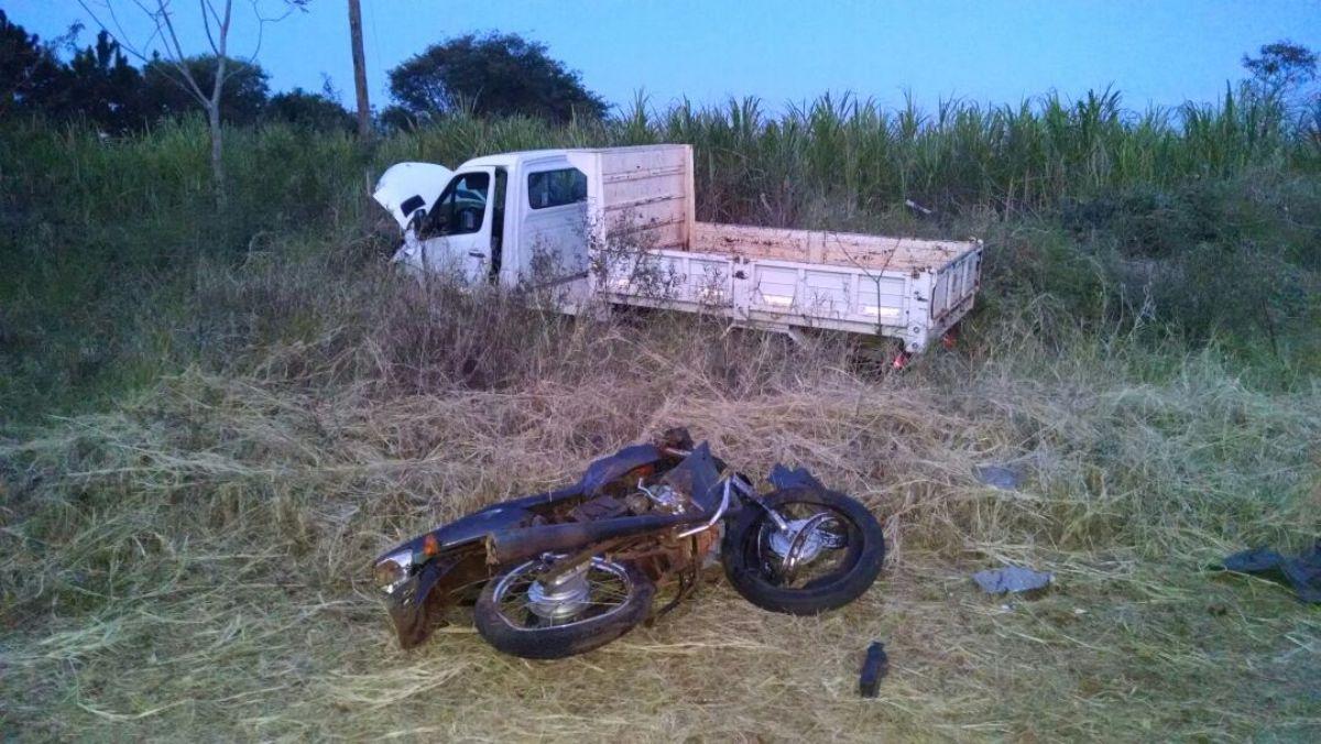 Un adolescente de 15 años falleció en un choque frontal entre un utilitario y una moto