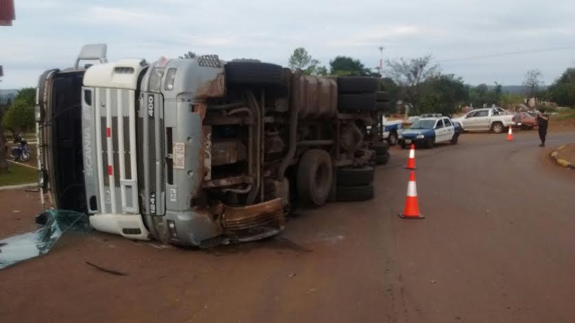 Un camión volcó y quedó al costado de la ruta en San Javier
