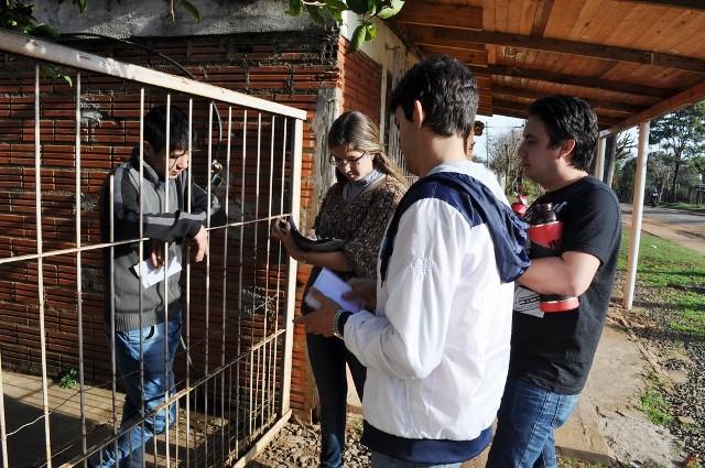 """Realizan invitaciones y encuestas en el barrio Los Paraísos para lo que será el programa """"Barrios Felices"""""""