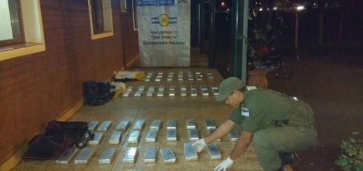 Narcos huyeron y abandonaron 68 kilos de droga cerca de Jardín América