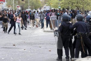 Crece la tensión en EEUU, tras otra noche de protestas por gatillo fácil contra negros