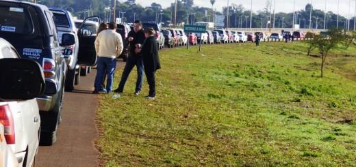 La fila de autos para cruzar al Paraguay llega hasta el arroyo El Zaimán