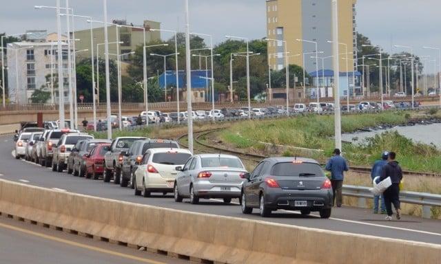 Nuevamente larga fila para cruzar a Paraguay: los autos llegaban hasta Comandante Rosales