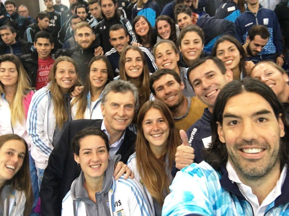 Macri le entregó la bandera a Scola y Luchi Von der Heyde no se perdió la selfie