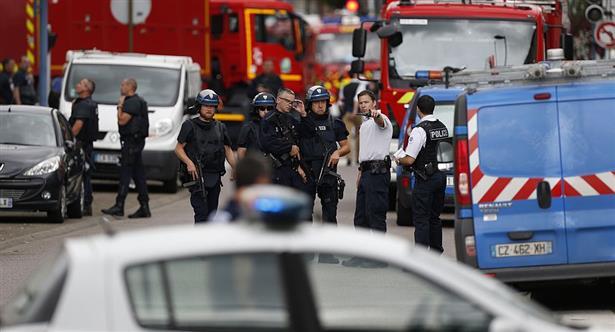 Otra vez el terror en Francia: con cuchillos, tomaron rehenes en una iglesia y mataron al sacerdote