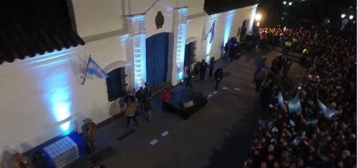 Miles de tucumanos recibieron el 9 de Julio y entonaron el Himno Nacional en la casa histórica