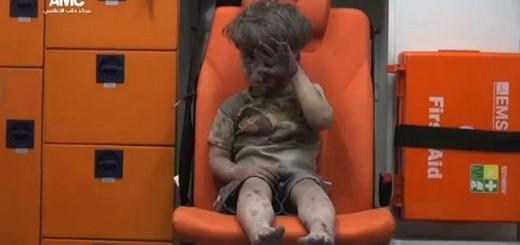 La imagen y el video de un niño sentado en un ambulancia tras sobrevivir a un bombardeo se hizo viral