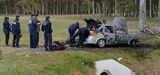 Encontraron el cuerpo de una mujer en una valija en un auto en llamas en la Ruta 2