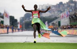 Keniata Kipchoge gana maratón de los Juegos Olímpicos, última prueba atlética de Río 2016