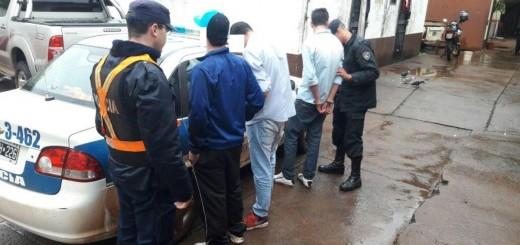 A puñetazos y pedradas le roban la billetera a un joven: los detuvieron poco después