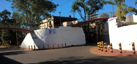 Realizan tareas de mantenimiento en el puente peatonal de la avenida Sáenz Peña de Posadas