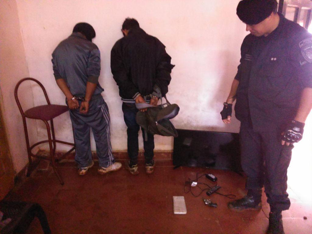 Querían vender una tele robada, los detuvieron y descubrieron que tenían un arma y droga