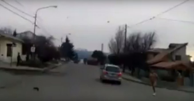 Video: corrió desnudo para escapar del marido de su amante