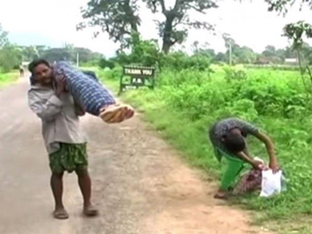 Le negaron la ambulancia y caminó con el cadáver de su esposa 12 km