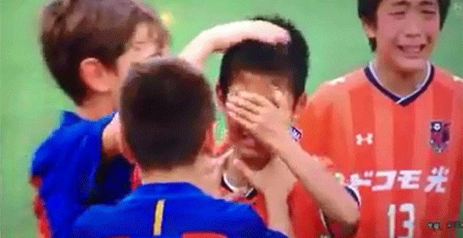 Ejemplar: los chicos del Barcelona ganaron, pero antes de festejar, consolaron a sus rivales japoneses