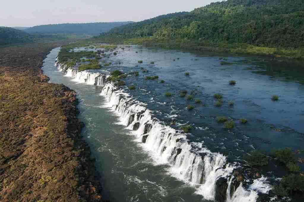 Aseguran que una represa brasileña está matando al turismo del Moconá, en Misiones