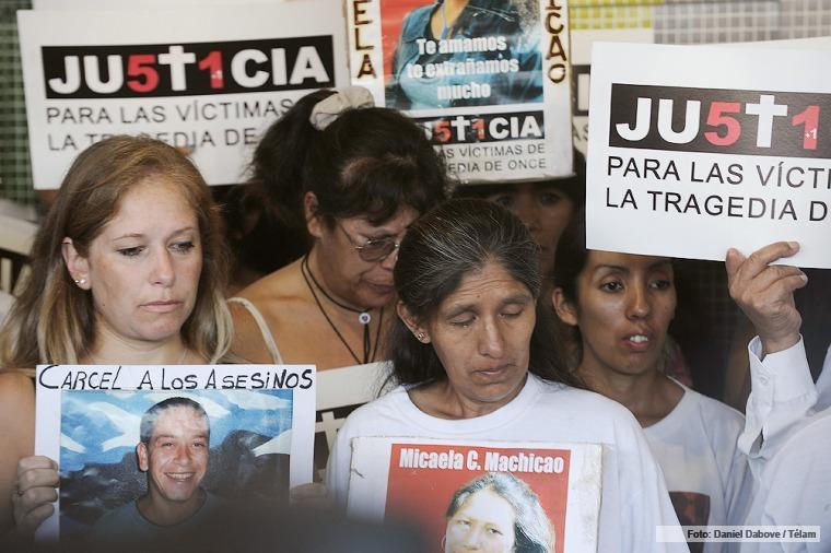 Familiares de víctimas piden juicio oral para Julio De Vido por la tragedia de Once