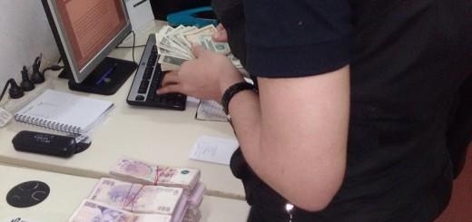 Aduanas detectó en el puente Posadas-Encarnación a otro valijero con dólares y pesos