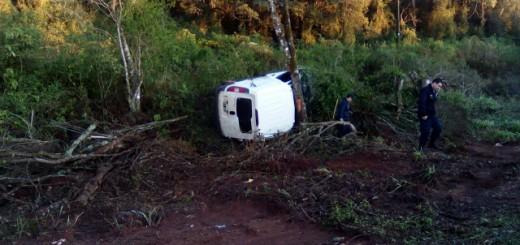Una camioneta se despistó y terminó incrustada contra un árbol: un fallecido en San Pedro