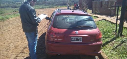 Dejó el auto estacionado mientras repartía boletas de Emsa y se lo robaron