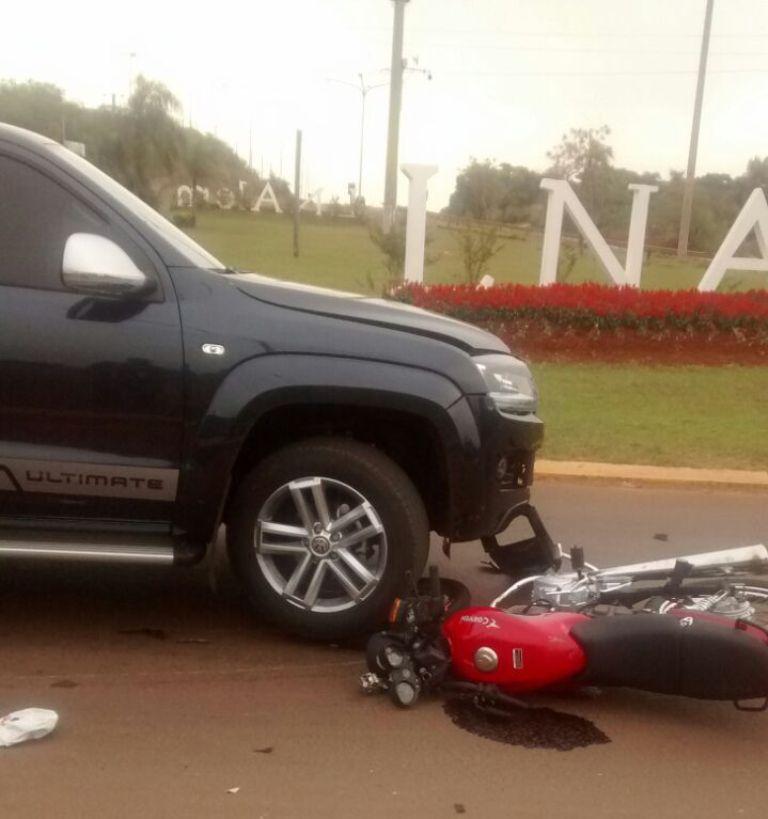 Dos motociclistas heridos al chocar con una camioneta en el acceso a Alem