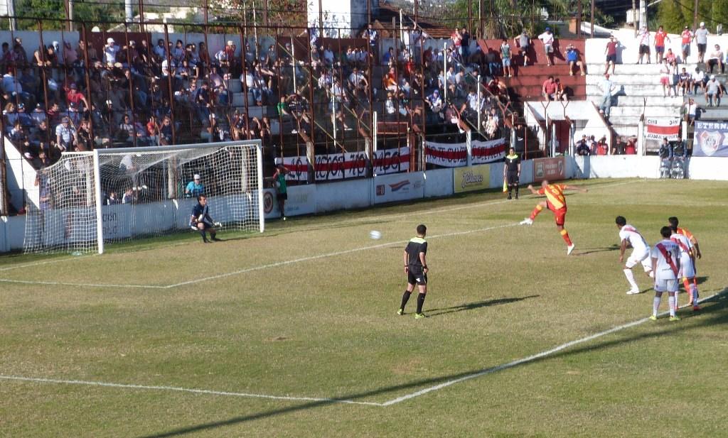 Guaraní perdió 2 a 1 ante un Sarmiento que lo superó con claridad en Villa Sarita