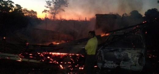 Un incendio arrasó con una casa y un auto en Dos Arroyos