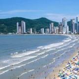 La AFIP busca detectar bienes de argentinos no declarados en las playas de Brasil, que prometió cooperar