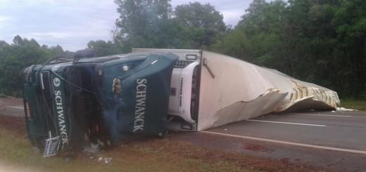 Volcó un camión brasileño en Capioví y quedó atravesado en la ruta 12