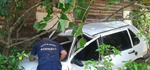 Garupá: chocaron dos autos y uno terminó a centímetros de una casa