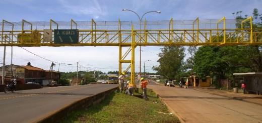 Instalan nuevo semáforo en el puente peatonal del Zaimán sobre Ruta 12