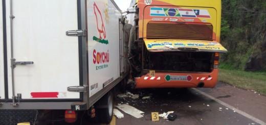 Camión quedó sin frenos y provocó una triple colisión en ruta nacional 12