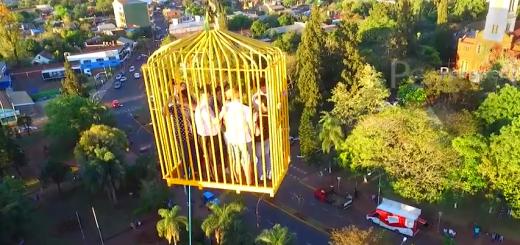 ¿Te animas?: en Puerto Rico una grúa levanta personas en una jaula para contemplar el paisaje