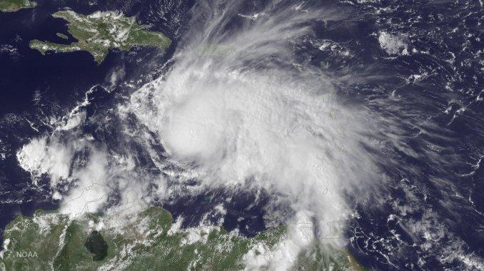 Alta tensión por el potente huracán Matthew
