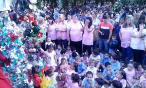 Más de 300 niños de ocho NENIS coparon la Plaza 9 de Julio para encender el árbol de Navidad
