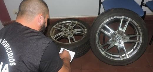 Atrapan a hermanos acusados de ser expertos en robar cubiertas de vehículos