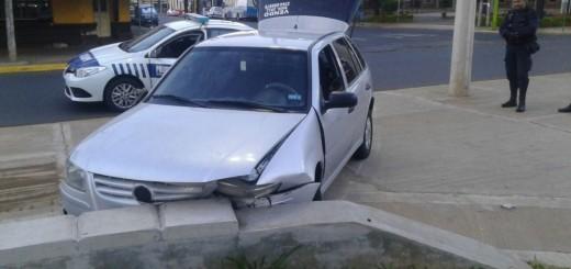 Un auto se despistó y terminó dentro de la plaza del Mástil posadeño