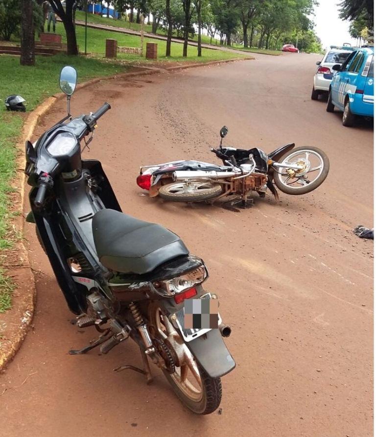 Dos jóvenes sufrieron heridas graves al chocar dos motos en San Vicente
