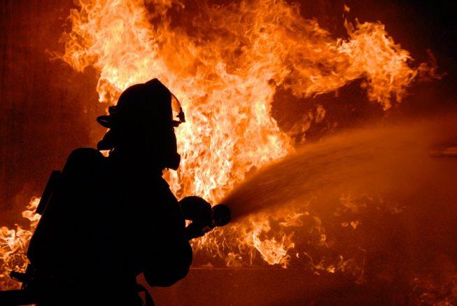 Un incendio dañó tres casas en Candelaria