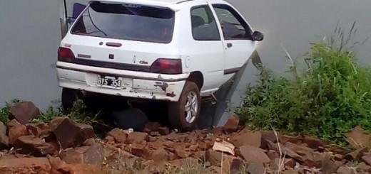 Se despistó un auto en Posadas y terminó en el arroyo Mártires