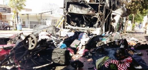 Vea cómo los bomberos intentaban extinguir las llamas del ómnibus que se incendió en Arroyito