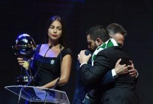 Video: Chapeocoense recibió ayer la Copa Sudamericana luego de un emocionante homenaje de Conmebol