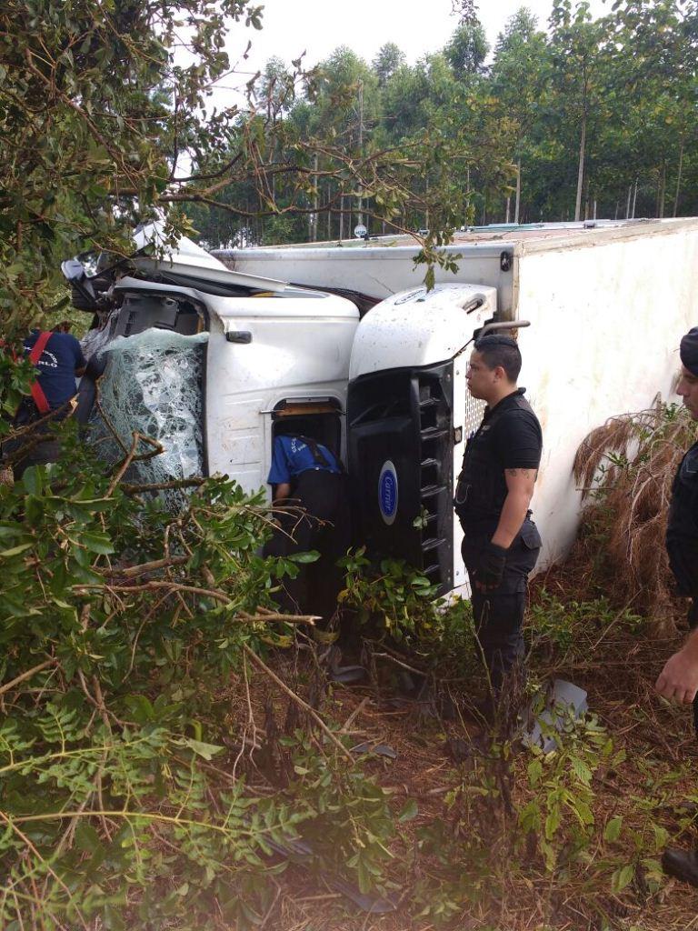 Montecarlo: volcó en la ruta 12 un camión que transportaba pollos faenados