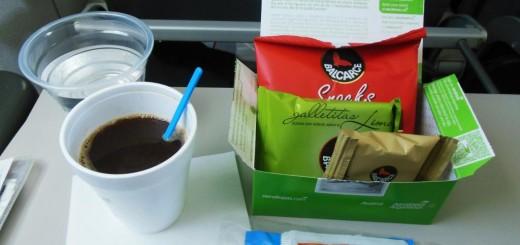 Aerolíneas Argentinas dejará de ofrecer comida en vuelos cortos y baja otros costos ante más competencia