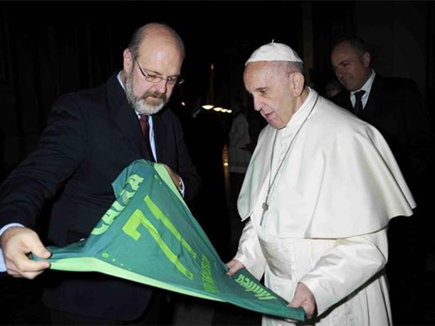 Chapecoense le entregó una casaca con el número 71 al Papa Francisco